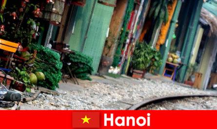 Hanoi Vietnam lenyűgöző fővárosa, szűk utcákkal és villamosokkal