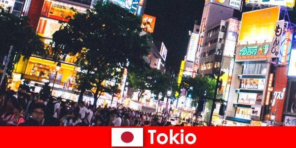 Tokió a tökéletes éjszakai élet a nyaralók a villódzó neon fény város