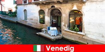 Tiszta utazási élmény bevásárló turisták számára Velence óvárosában Olaszországban