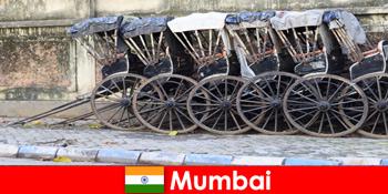 Mumbai Indiában kínál riksa túrák teljes utcákon az utazók