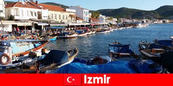 Aktív utazók ingáznak a város és a strand között Izmir Törökországban
