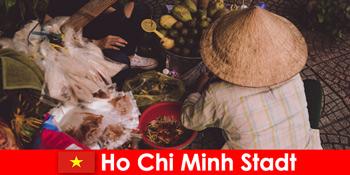 Külföldiek próbálja ki a különböző élelmiszer-standok Ho Chi Minh City Vietnam