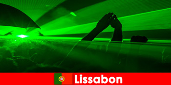 Népszerű diszkó estek a tengerparton a fiatal párt turisták Lisszabonban Portugália