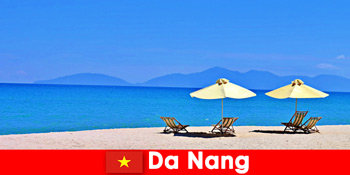 Csomag turisták pihenni az azúrkék strandok Da Nang Vietnam