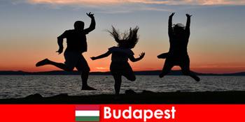 Budapest Magyarország fiatal bulituristáknak zenével és olcsó italokkal bárokban és klubokban
