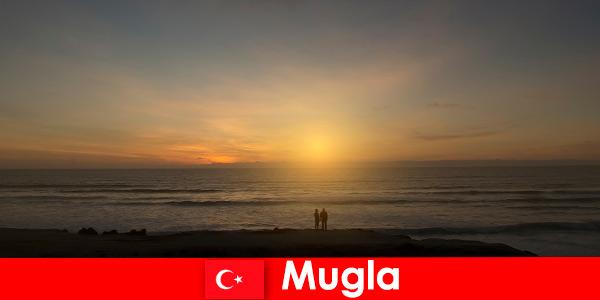 Nyári kirándulás Mugla Törökország festői öblök szív turisták szerelmes