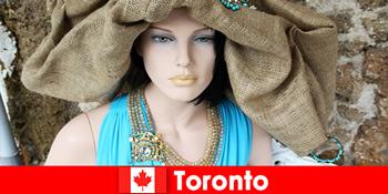 A látogatók mindenféle mókás üzleteket találnak Toronto Kanada kozmopolita központjában