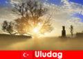 A túrázó nyaralók élvezik a gyönyörű természetet Uludag Törökországban