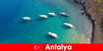 A turisták az utolsó napsütéses időt használják nyaralásra Antalyában Törökországban